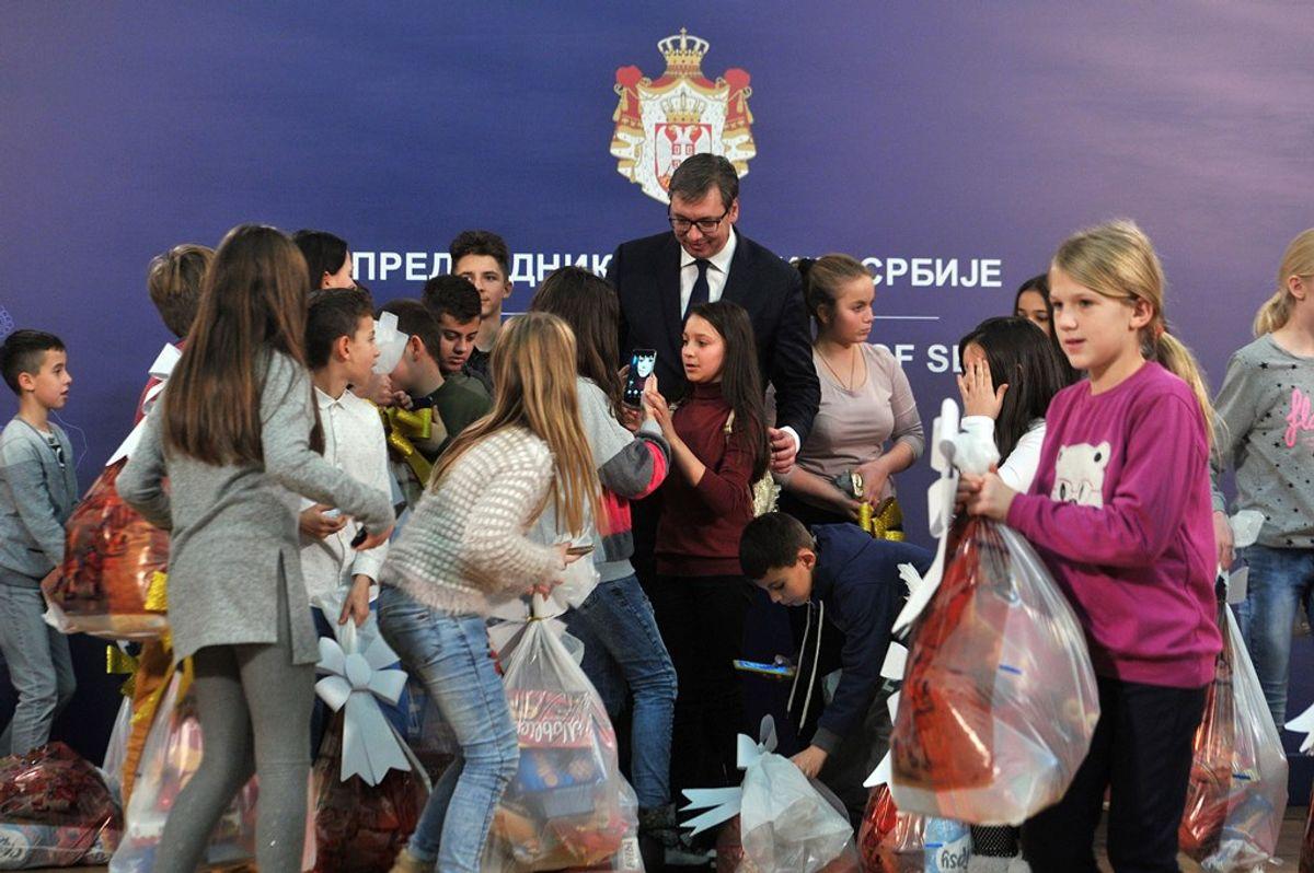 Председник Вучић са децом са Косова и Метохије
